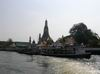 Pohled na Wat Arun z reky.